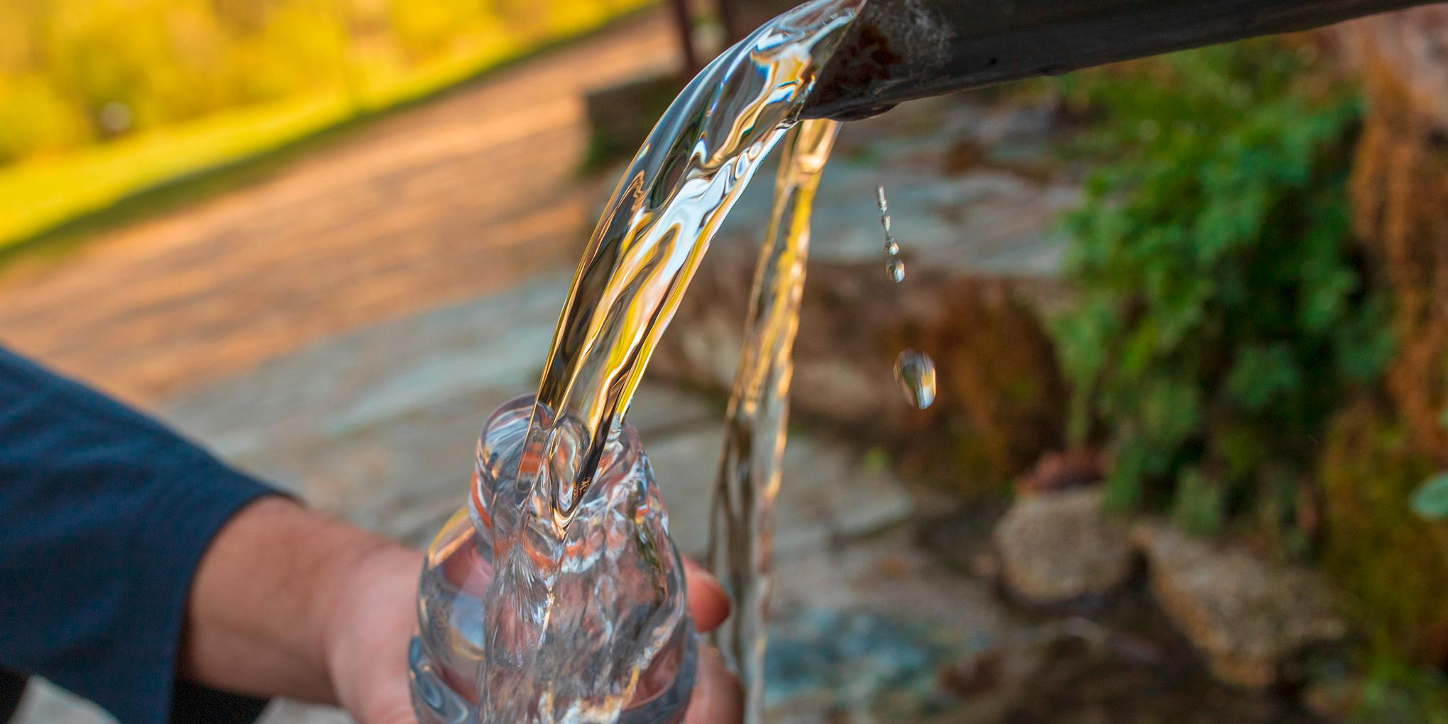 waterfles gevuld aan natuurlijke bron van water