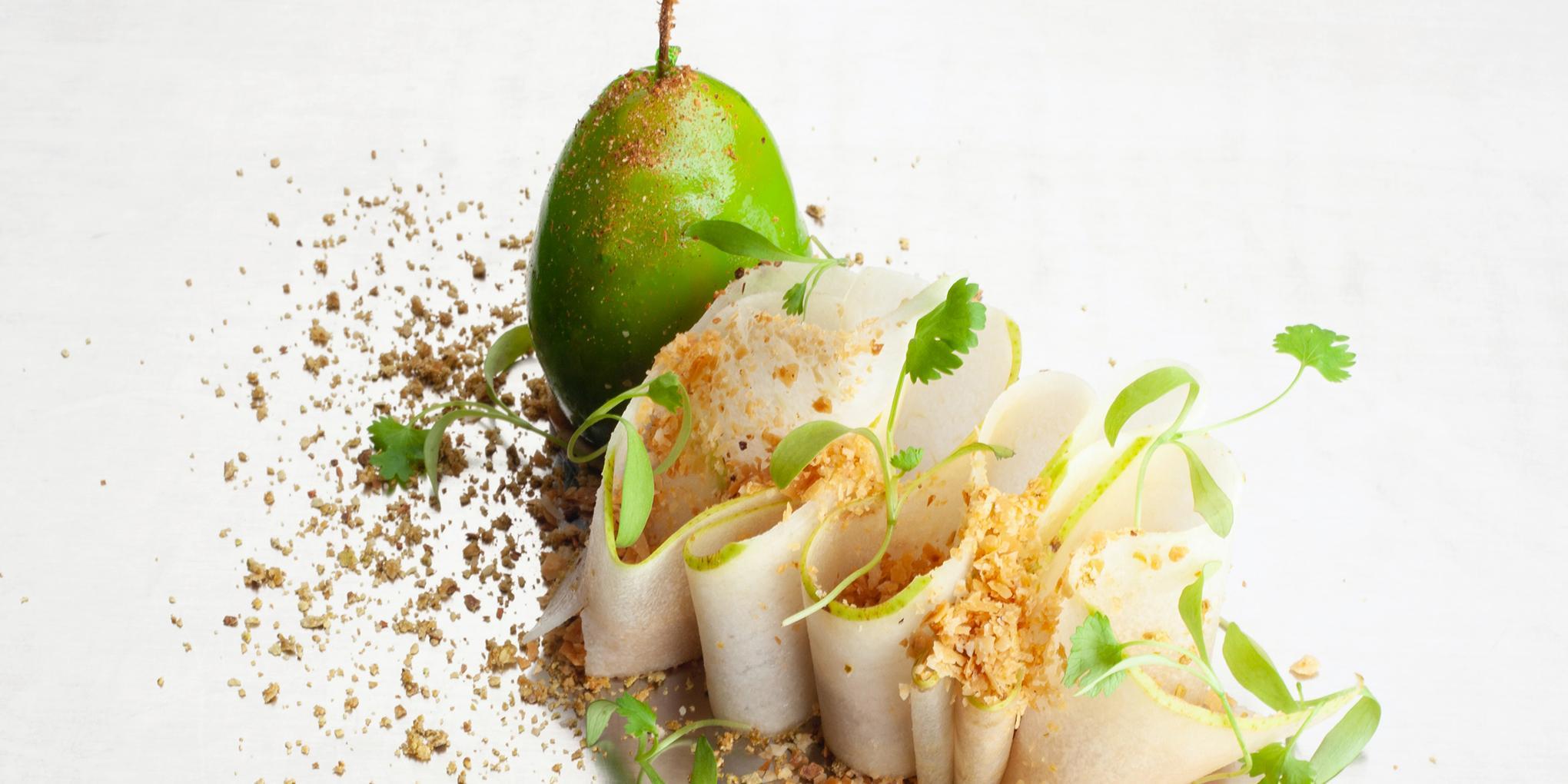 assiette blanche avec un dessert aux fruits gastronomique dressé de manière créative