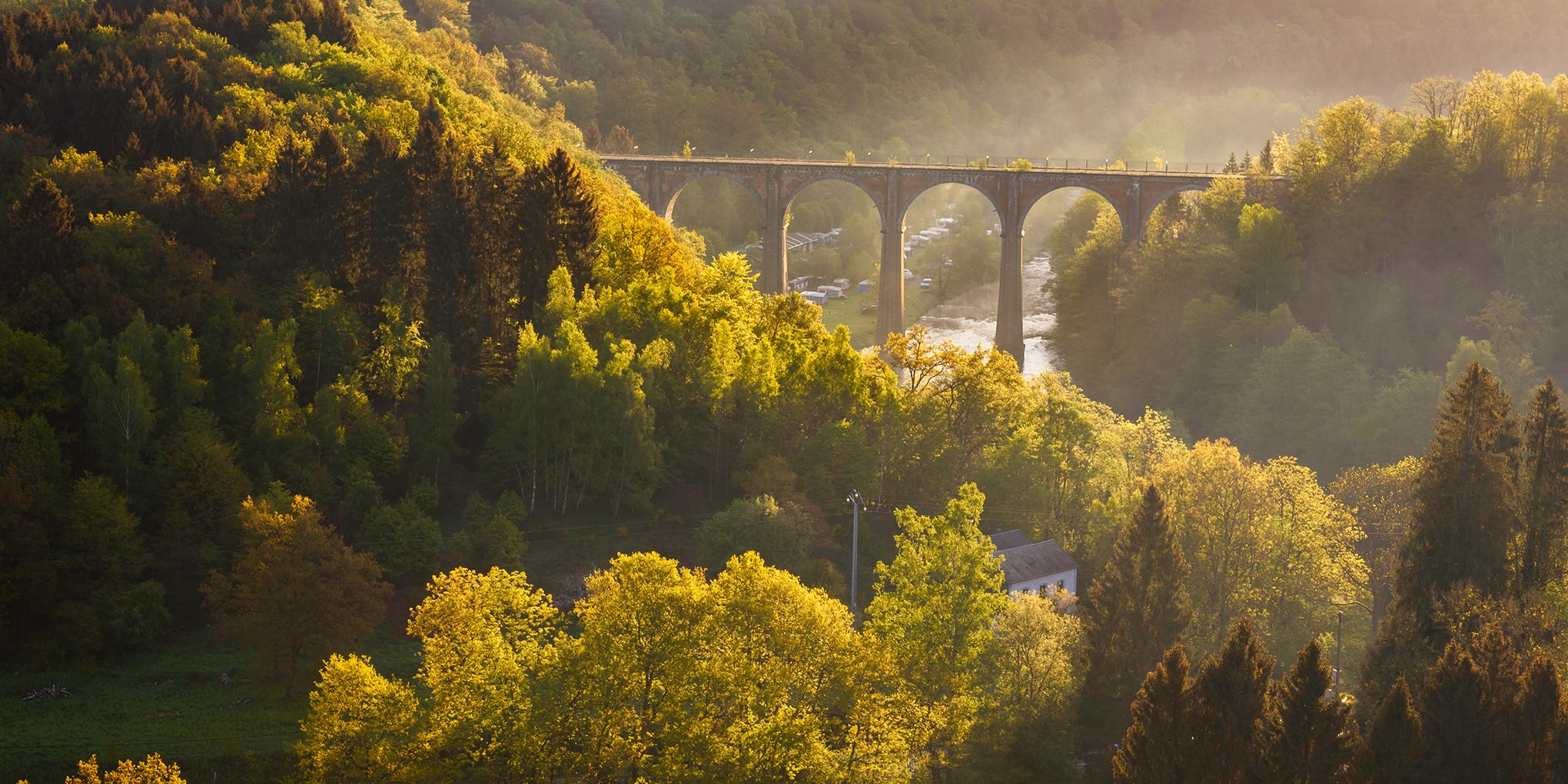 zonnig landschap met brug in de Ardennen