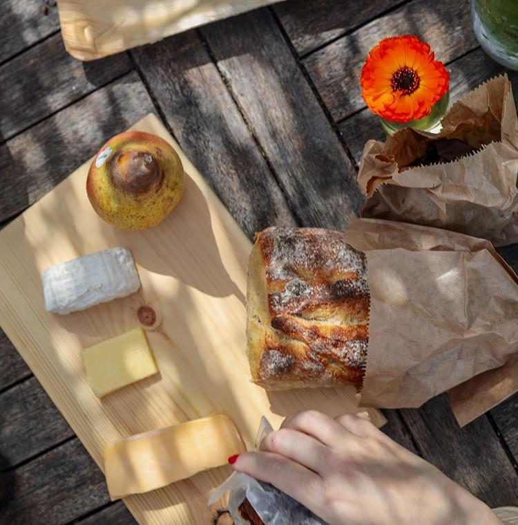 petit-déjeuner convivial avec des produits locaux