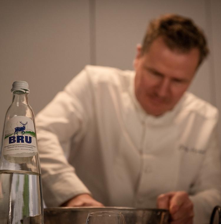 Christophe Hardiquest in de keuken van zijn restaurant Bon-bon met een fles van BRU®