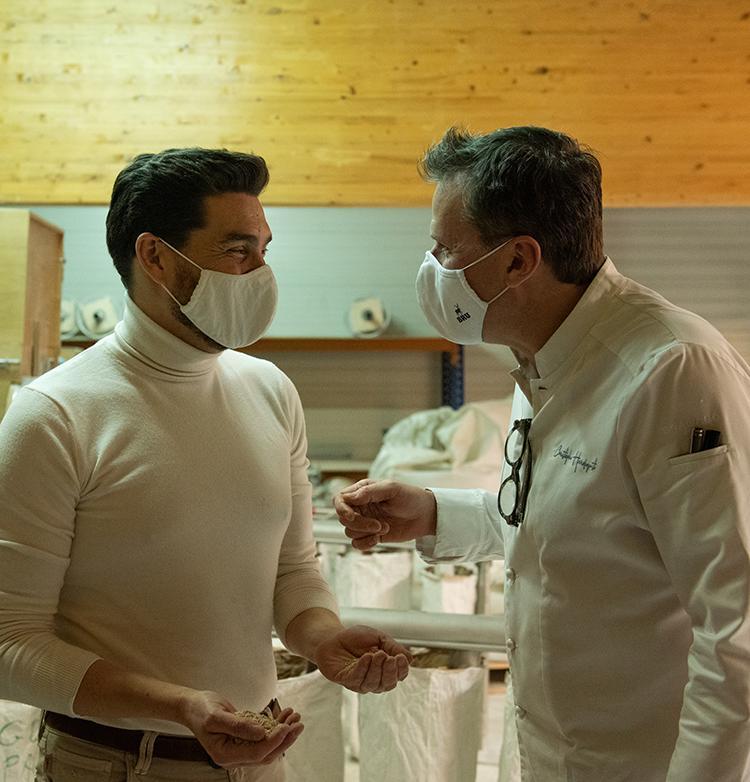 Christophe Hardiquest en visite au BonPain avec son producteur local João