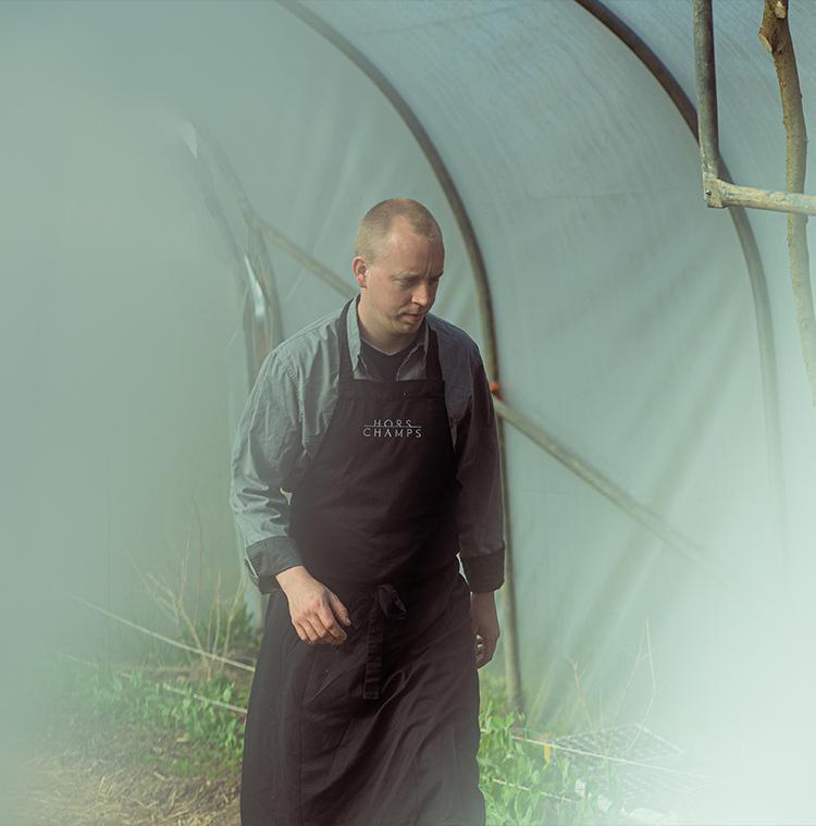 Chef Stefan Jacobs teelt bonen en andere lokale groenten in zijn moestuin