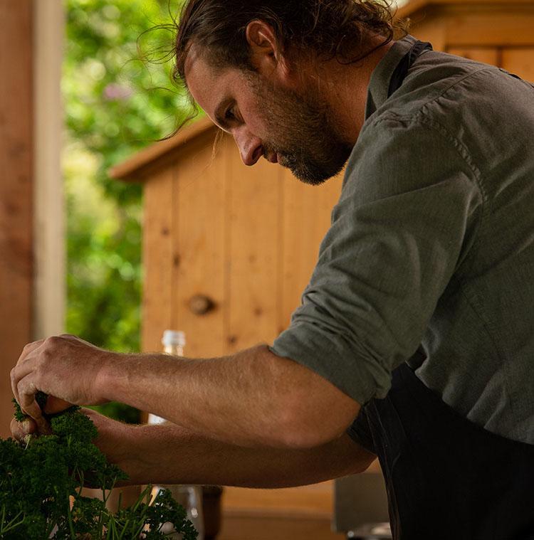 Sterrenchef Willem Hiele kiest zijn lokale kruiden voor de bereiding van zijn lokale garnaalkroketten.