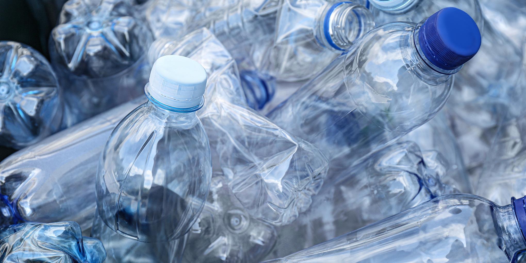 Bouteilles en plastique usagées prêtes à être recyclées