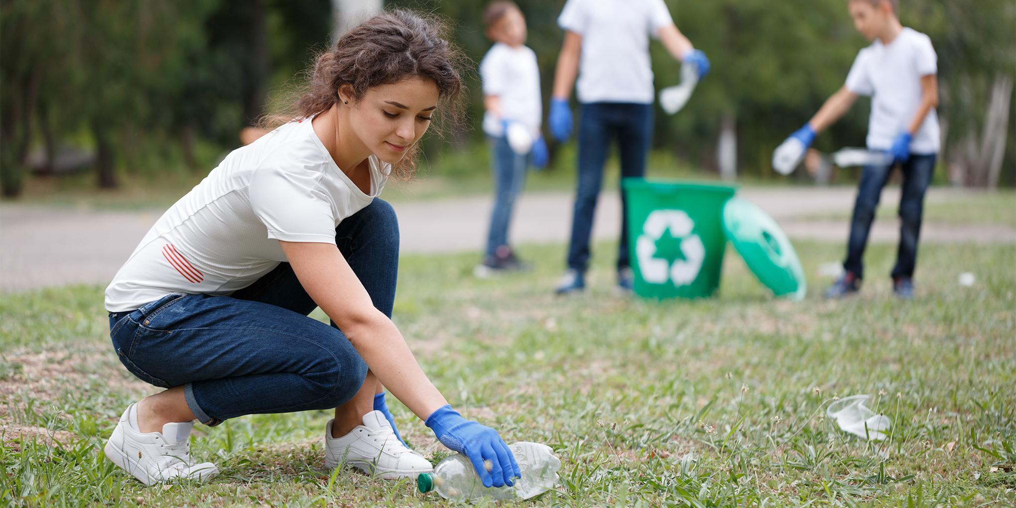 actie van het verzamelen van plastic flessen met meerdere mensen.