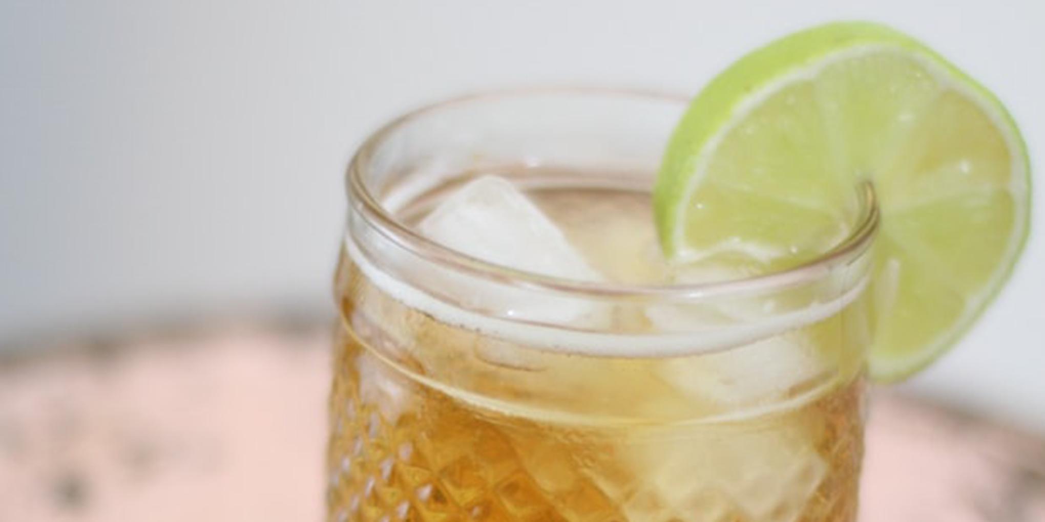 Cocktail avec eau gazeuse, jus pommes-poires et citron