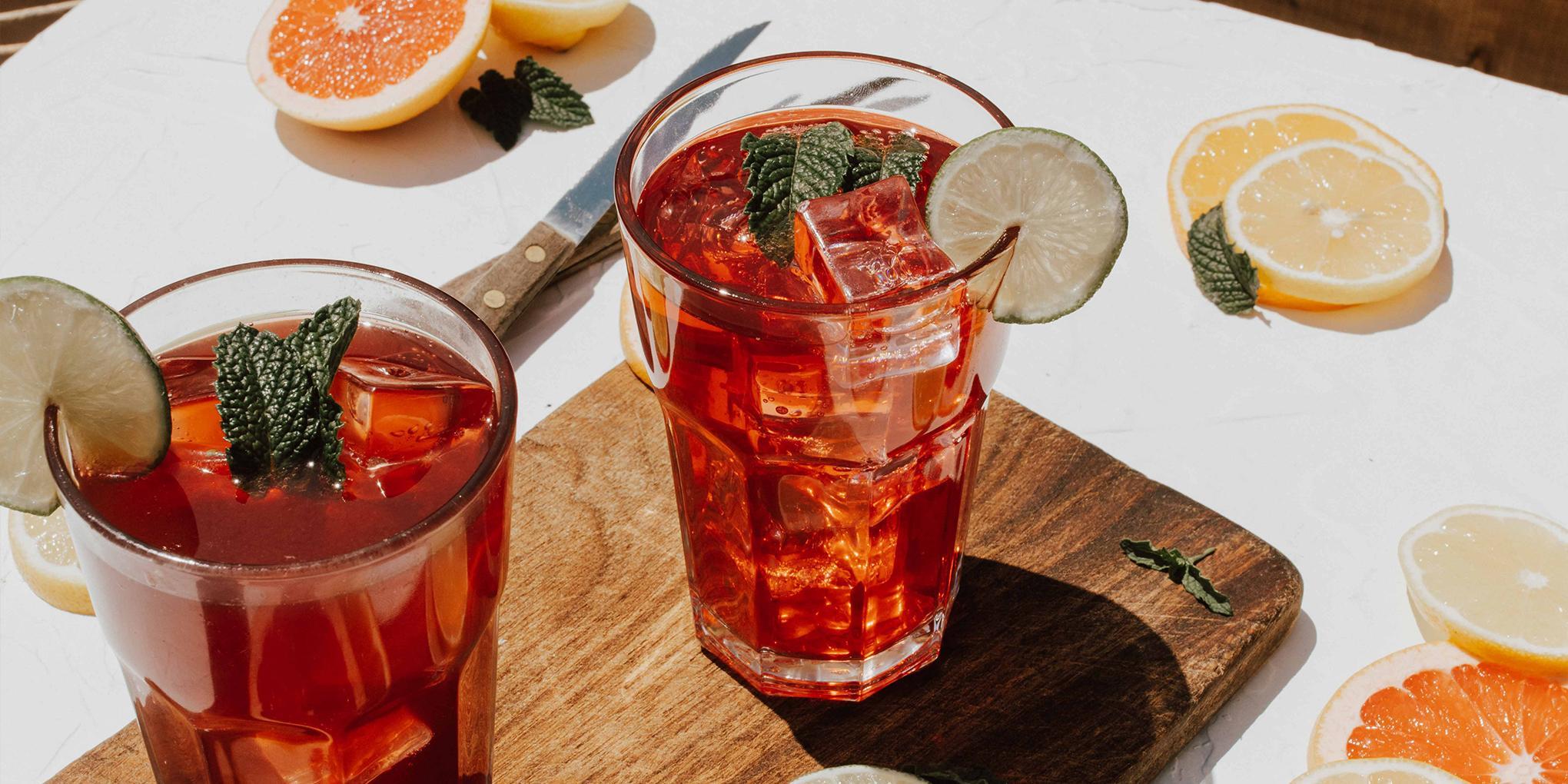 Cocktail avec eau gazeuse, kombucha et agrumes sans alcool