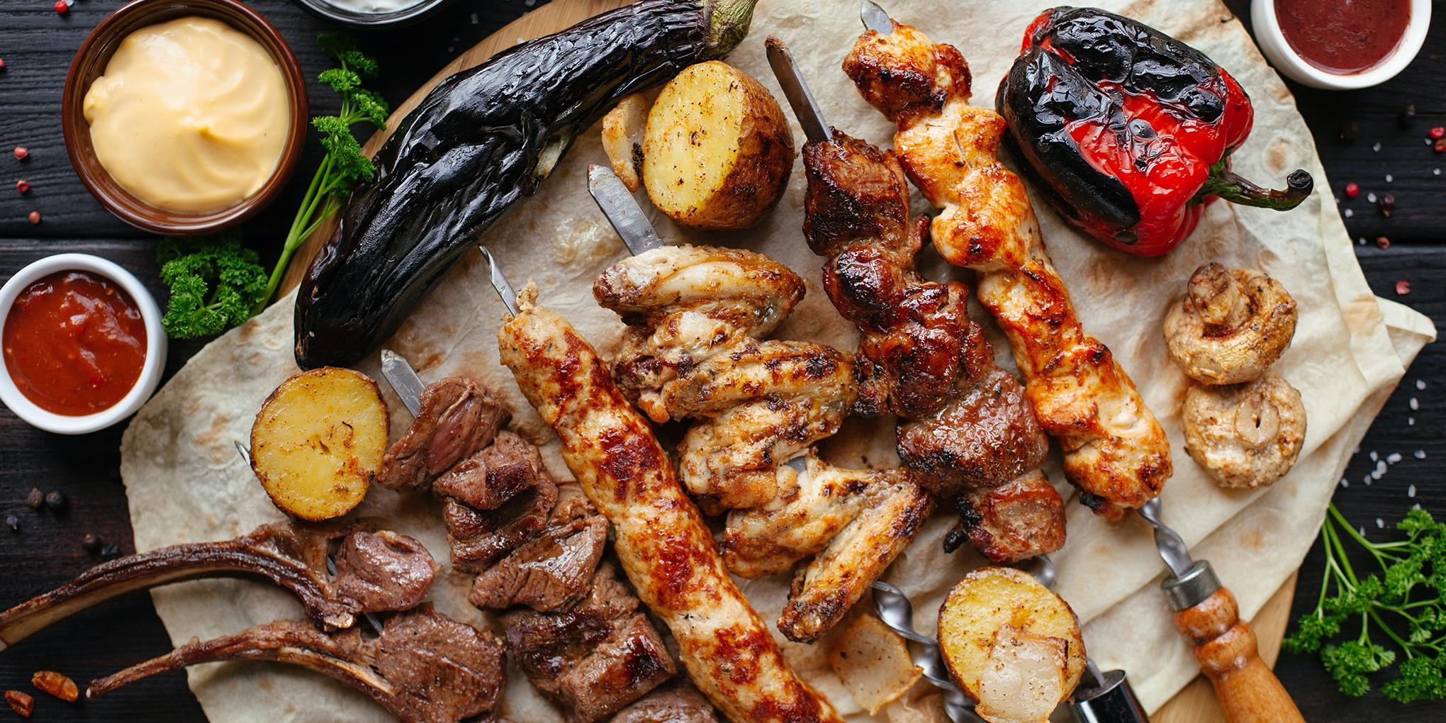 Vlees en groenten gegrild op de barbecue