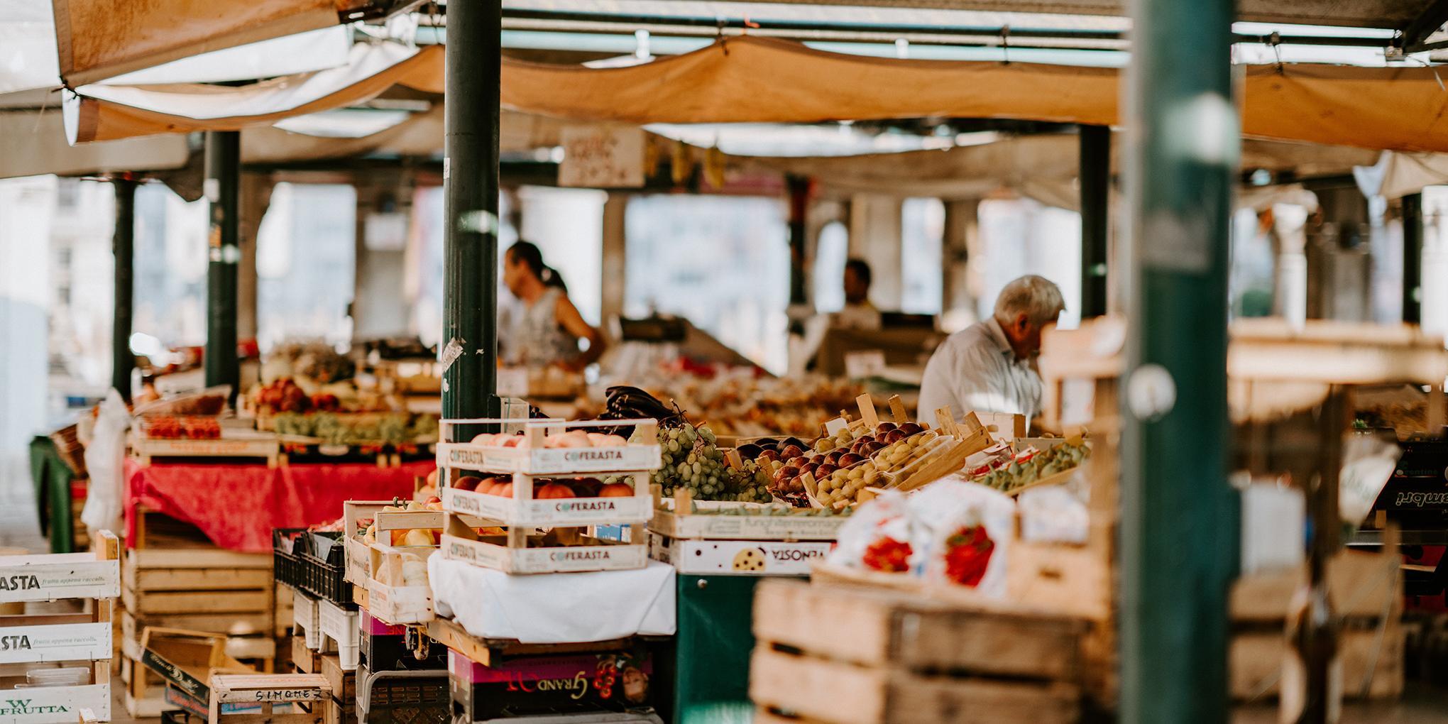 étal de marché de producteurs locaux
