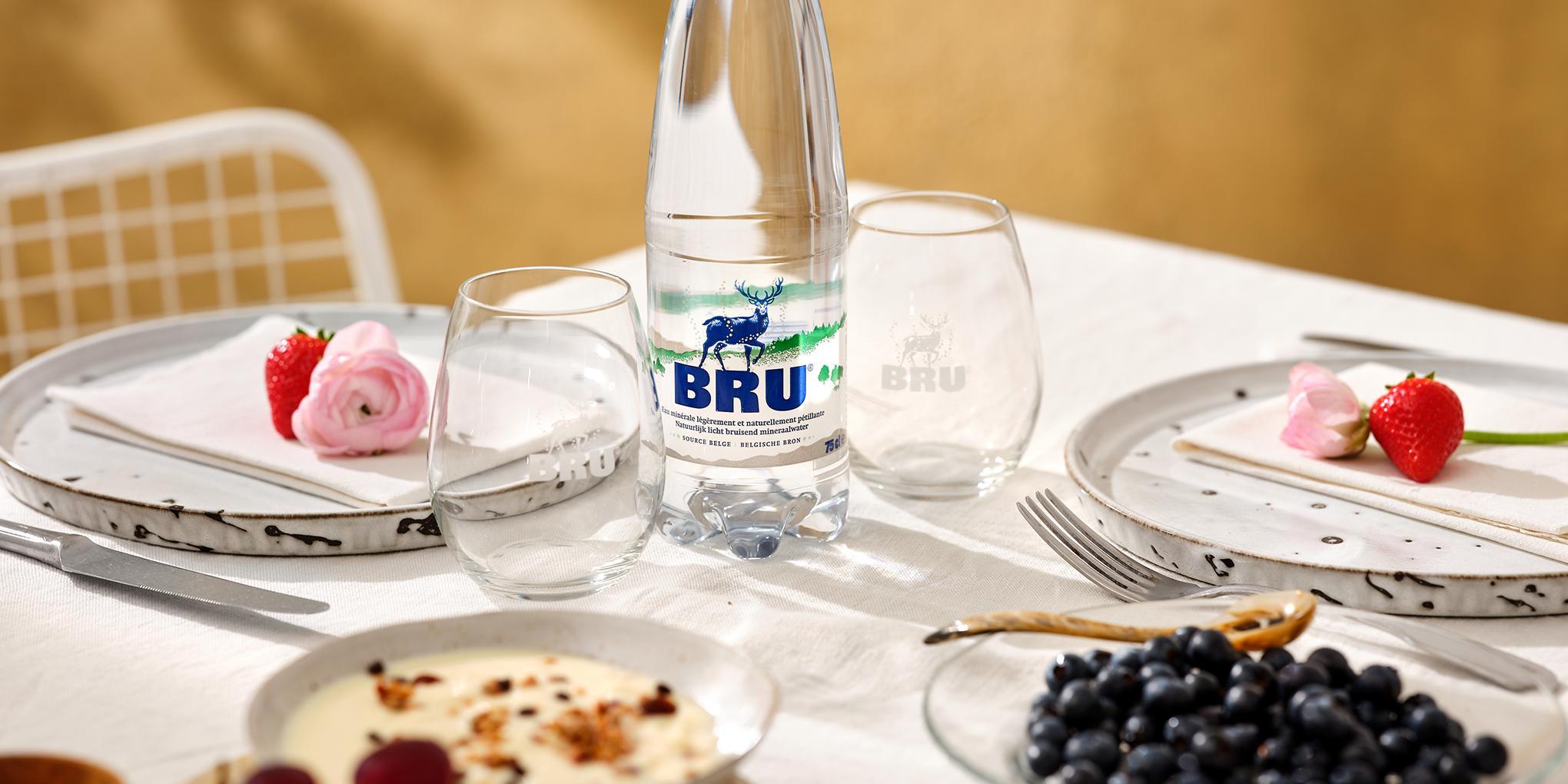 Bouteille de BRU® et produits locaux sur une table