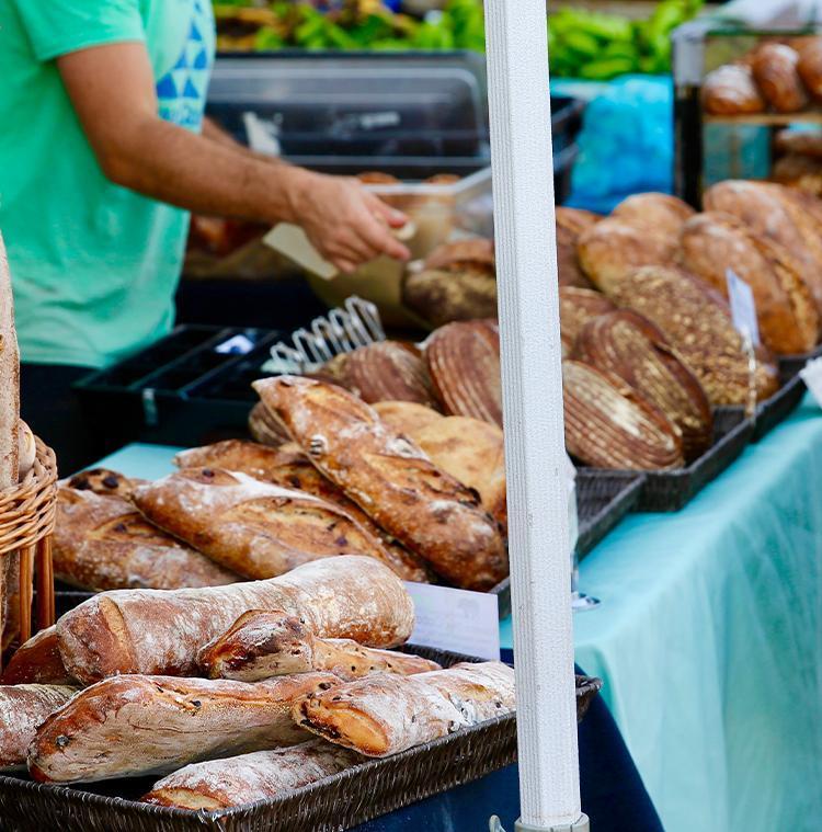 producteur local de pain sur un marché