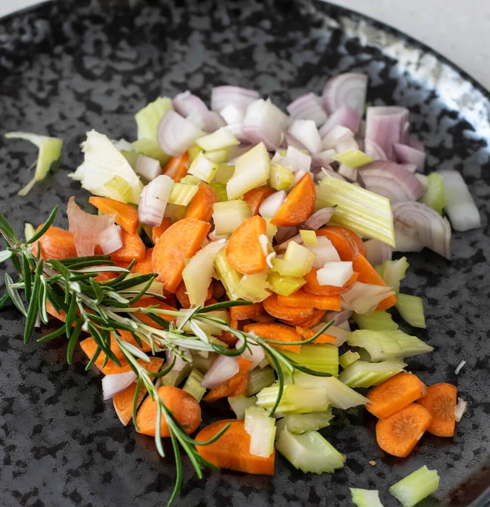 Lamskroon met geroosterde butternut, noten en rozemarijnsaus stap 6
