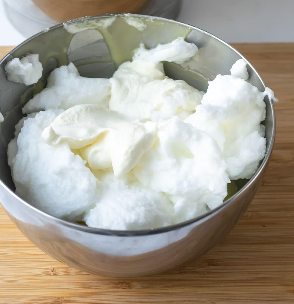 Witte chocolademousse met peren en een crumble van biscuit stap 4