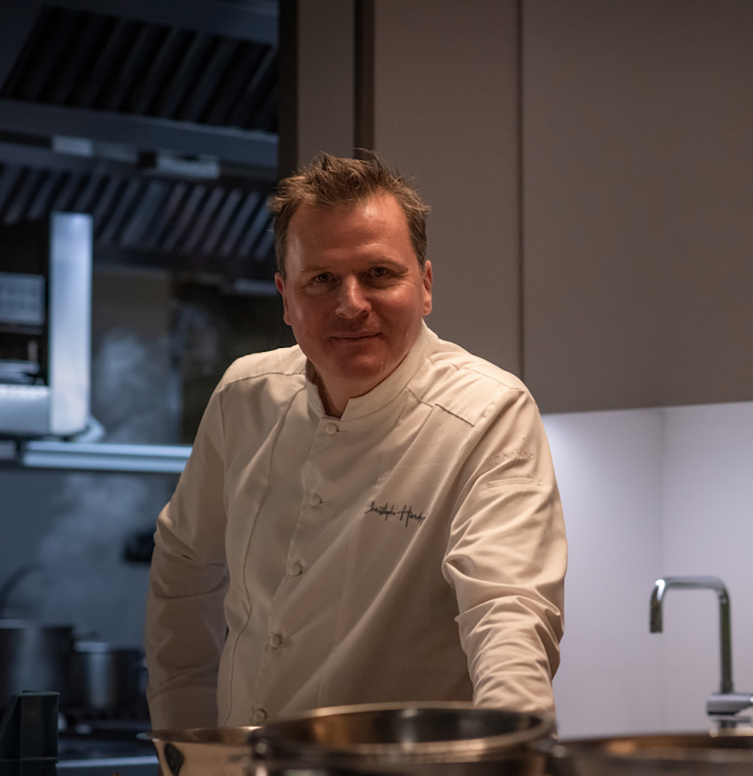 chef 2 étoiles MICHELIN Christophe Hardiquest dans les cuisines de son restaurant Bon-bon