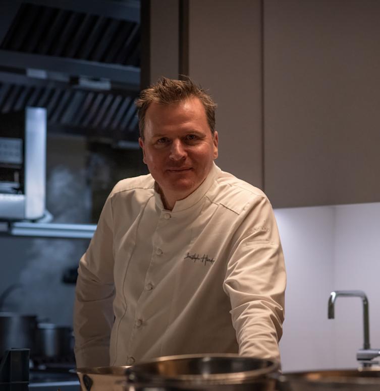MICHELIN 2-sterrenchef Christophe Hardiquest in de keuken van zijn restaurant Bon-Bon