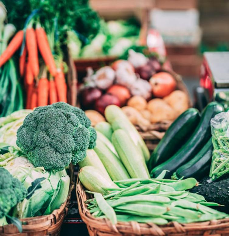 fruits et légumes de saison sur un marché local