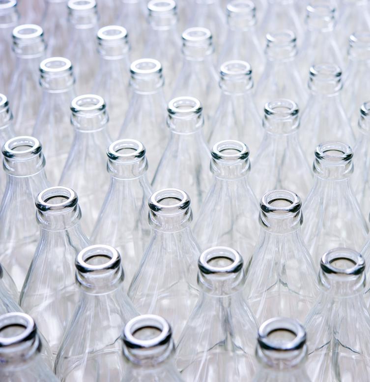 De nombreuses bouteilles d'eau en verre vides
