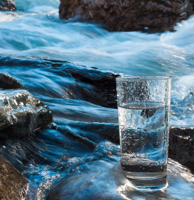 verre d'eau dans une rivière