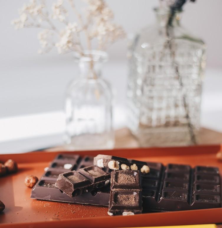 gesneden donkere Belgische chocolade op een chique tafel