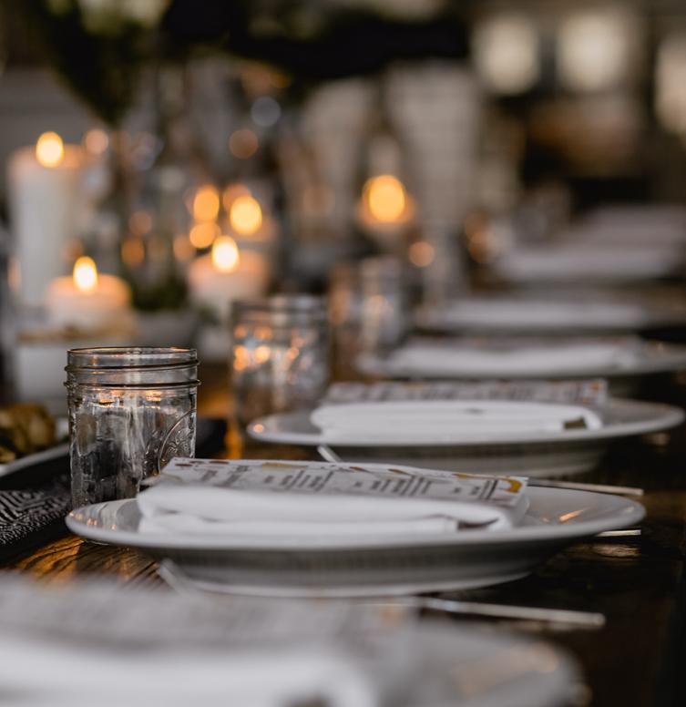 table avec une décoration entièrement locale avec des bougies
